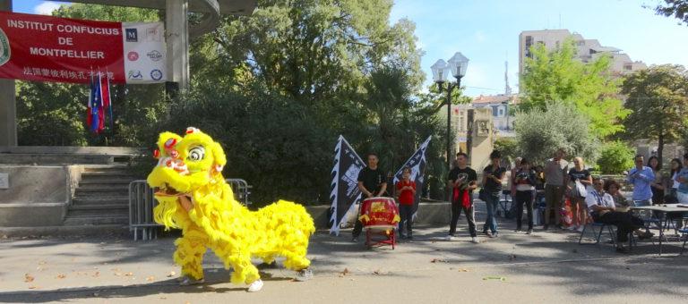 La danse du lion accompagnée par les gongs et les tambours .