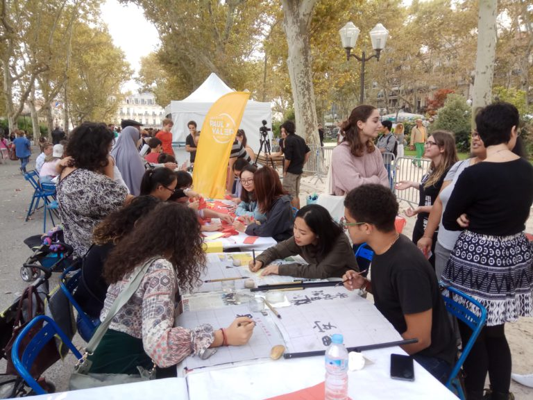 Les ateliers animés par des enseignants et des étudiants du département de chinois : calligraphie